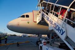 一架喷气机的着陆乘客在顿河畔罗斯托夫机场,俄罗斯 库存图片