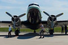 一架固定机翼的推进器主导的班机道格拉斯DC-3 图库摄影