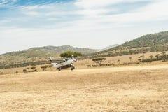 一架小的飞机的着陆在Serengeti的 库存图片