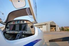 一架小飞机的驾驶舱的看法反对飞机棚的 库存图片
