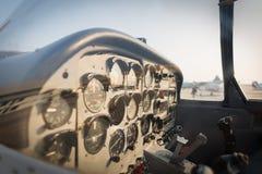 一架小飞机的驾驶舱的看法 - 选择聚焦 免版税库存图片