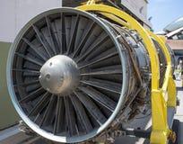 一架战机的喷气机引擎在机架的 库存图片