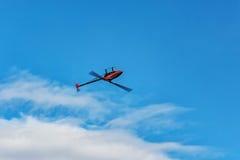 一架无线电操纵的3D直升机的飞行在被倒置的st的 库存照片