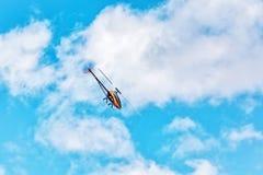 一架无线电操纵的3D直升机的飞行 免版税库存照片