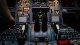 一架有双发动机的班机的推力杠杆 推在中央基座仪表盘的杠杆 开关和拨号盘 免版税库存图片