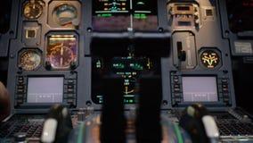 一架有双发动机的班机的推力杠杆 推在中央基座仪表盘的杠杆 开关和拨号盘 库存图片