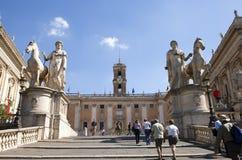 一架梯子的游人对与雕刻的小组的美国国会铸工和2010年9月20日的北河三在罗马,意大利 图库摄影