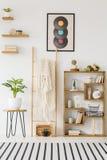 一架梯子的真正的照片与站立在凳子w之间的毯子的 免版税图库摄影