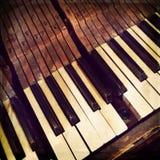 一架残破的古色古香的钢琴的钥匙 免版税库存图片