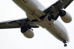一架现代飞机的下面 免版税库存图片