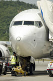 一架班机的储蓄图象在机场 免版税库存照片