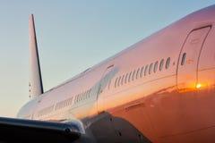 一架白色乘客飞机的机体的特写镜头在平衡的太阳的 免版税库存图片