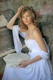 一架白色礼服和钢琴的女孩 库存图片