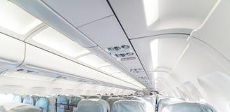 一架空的乘客班机 与行的商用飞机客舱 免版税库存照片