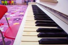 一架美丽的钢琴 钢琴是黑白的 它是一台现代和新的仪器 免版税库存图片