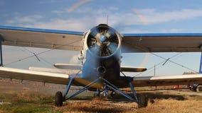 一架老俄国双翼飞机的正面图有引擎赛跑的 股票录像