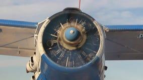 一架老俄国双翼飞机的正面图有引擎赛跑的 影视素材