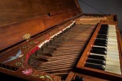 一架老巴洛克式的击弦古钢琴的细节串起键盘 库存照片