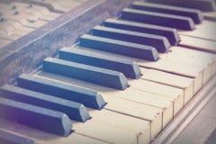 从一架老打破的损坏的钢琴的钥匙 免版税库存图片