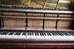 从一架老打破的损坏的钢琴的钥匙 免版税库存照片