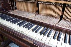 从一架老打破的损坏的钢琴的钥匙 库存图片