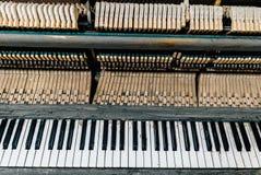 一架老钢琴的键盘 图库摄影