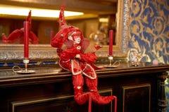 一架老钢琴的玩具小丑 免版税图库摄影