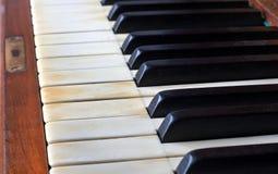 一架老钢琴的钢琴钥匙 免版税库存照片