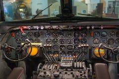 一架老飞机的驾驶舱 免版税库存照片