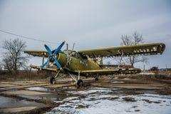 一架老飞机的HDR foto在机场和多云背景的 库存图片