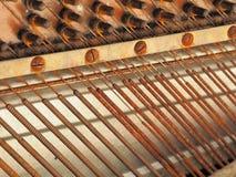一架落寞老被风化的钢琴的串和机械工 库存照片