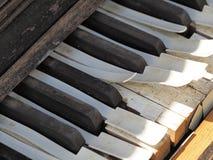一架落寞老被风化的钢琴的钥匙 库存图片
