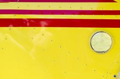 一架超轻型的飞机的一个红色和黄色翼的特殊性 库存图片