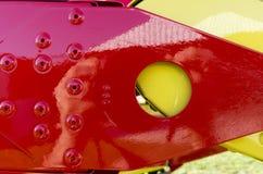 一架超轻型的飞机的一个红色和黄色翼的特殊性 免版税库存图片