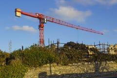 一架静态塔吊的例子在使用中在Ballyholme唐郡北爱尔兰的一个工程项目在2018年1月 免版税库存图片