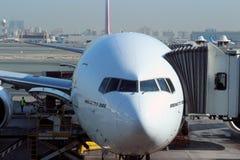 一架靠码头的波音777飞机 图库摄影