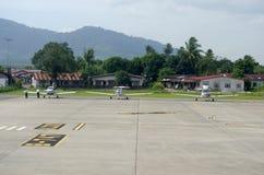 一架飞机的储蓄图象在机场 库存图片