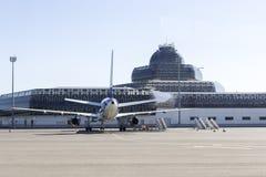 一架飞机的后面看法在机场在巴库,阿塞拜疆 免版税图库摄影