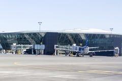 一架飞机的后面看法在机场在巴库,阿塞拜疆 免版税库存图片