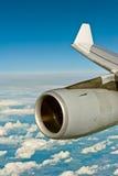 一架飞机的喷气机引擎在cloudscape的 库存照片
