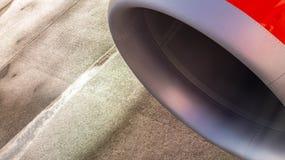 一架飞机的喷气机引擎有湿柏油碎石地面的作为背景 免版税图库摄影