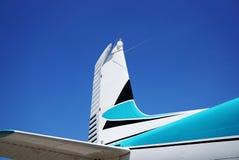 一架飞机的尾巴反对蓝天的 免版税库存图片