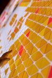 一架飞机的嵌石装饰有黄色,橙色和红色的上色了tria 免版税库存照片