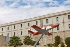 一架飞机的模型在技术大学前面的在卡塔赫钠, 库存照片