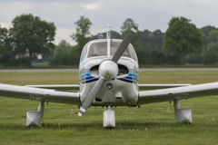 一架飞机的正面图在草坪的 库存照片