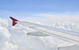 一架飞机的翼在多云的 库存图片