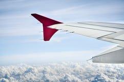 一架飞机的翼在多云的 免版税库存照片