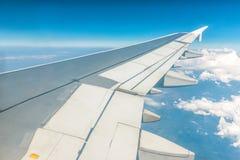一架飞机的翼在早晨天空的 照片被应用于旅游业操作员或背景,图象增加文本messag 免版税库存图片