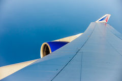 一架飞机的翼的看法通过窗口 库存照片