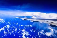 一架飞机的翼的看法通过窗口 免版税库存图片